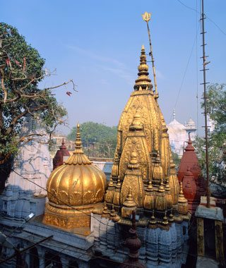 B5A93F The Golden Temple of Vishwanath, holiest temple in Varanasi, entry forbidden to non-Hindus, Uttar Pradesh, India